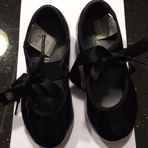 Girls Revolution patent tap shoes size 11